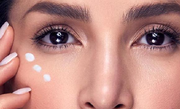 carmen villalobos aplicandose nocturne eye repair suero reparador nocturno para los ojos