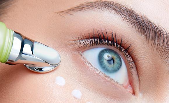mujer aplicandose bio ojos crema facial ojos linea vegana ingredientes naturales
